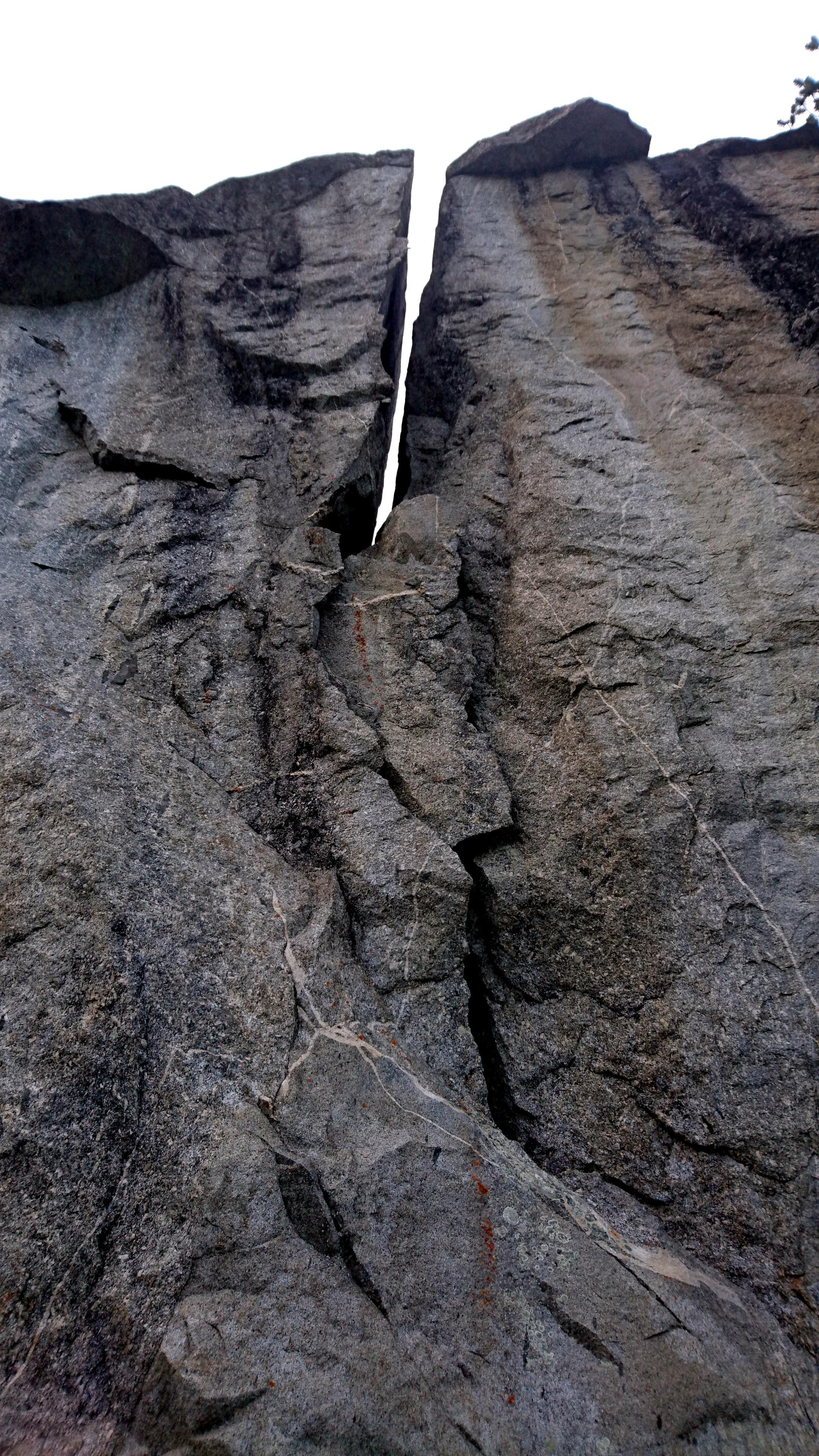 una delle incredibili placche su massoni giganti che si incontrano lungo la via di discesa dal rifugio Omio
