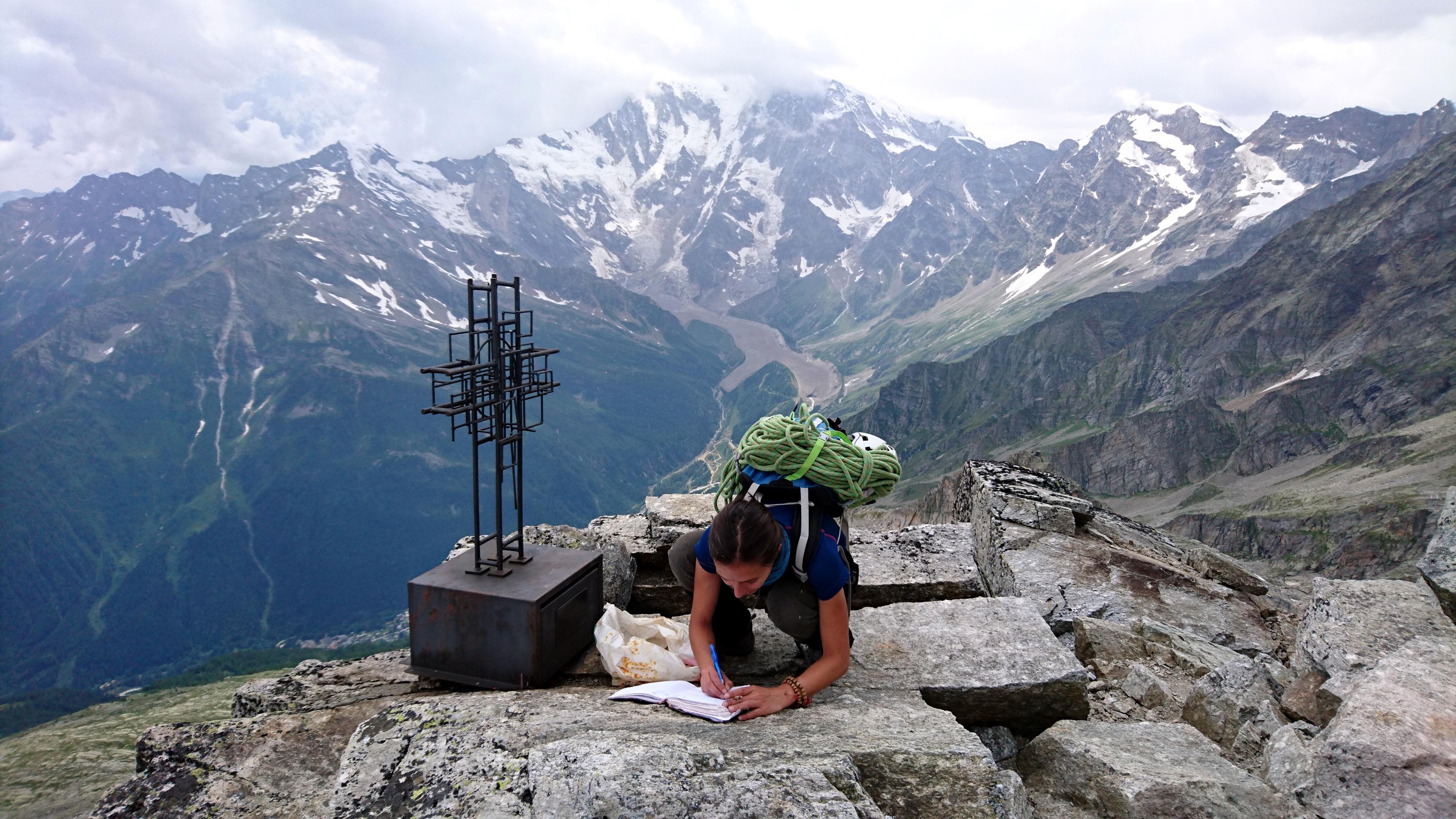 Prima di tornare a valle, due righe sul libro di vetta, a ricordo del nostro passaggio
