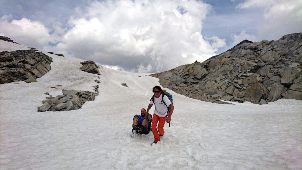 Scendiamo poi questo breve pendio di neve sfruttando il sacchetto della monnezza portato dal Niggah a mo' di bob