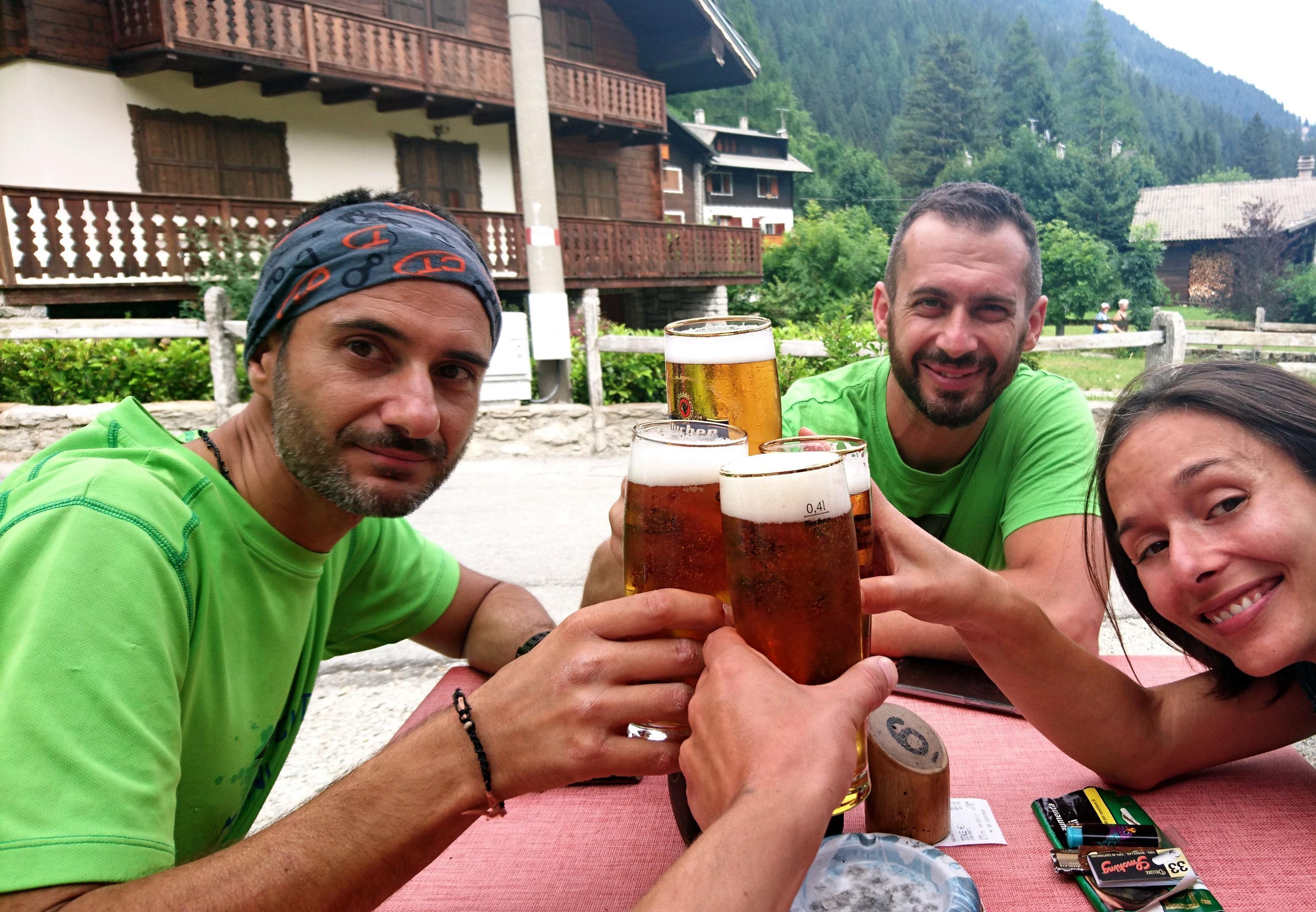 Immancabile birra di festeggiamento una volta ridiscesi a Macugnaga! Oggi c'è anche la festa del paese e quindi faremo almeno un secondo giro di birra