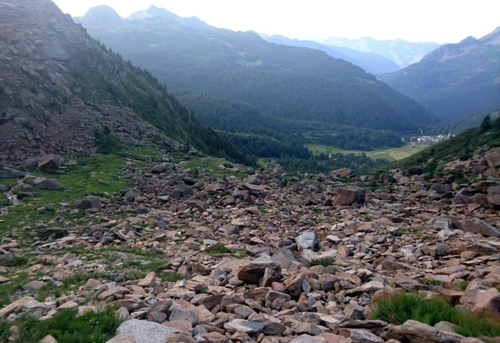 Vista dalla pietraia a monte dei piani della Rossa, qualche minuto prima della deviazione che dovremo seguire