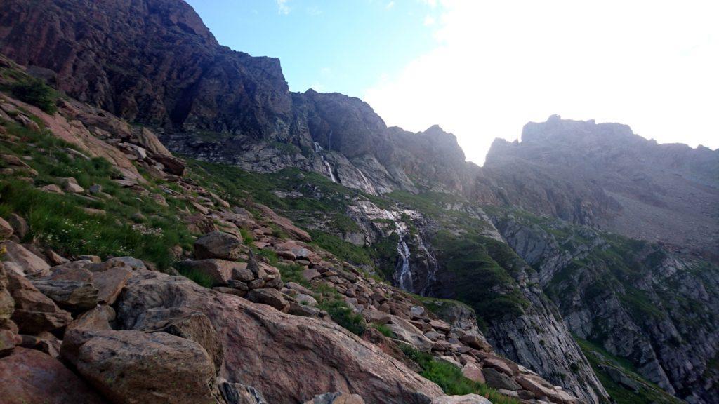 Alla nostra destra, si vedono le cascate che abbiamo aggirato. Bisogna salire ancora un pezzettino prima di deviare a destra