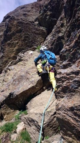 Erica attacca il quarto tiro che procede sempre verso sinistra fino alla base del camino che si intravede a monte in lontananza