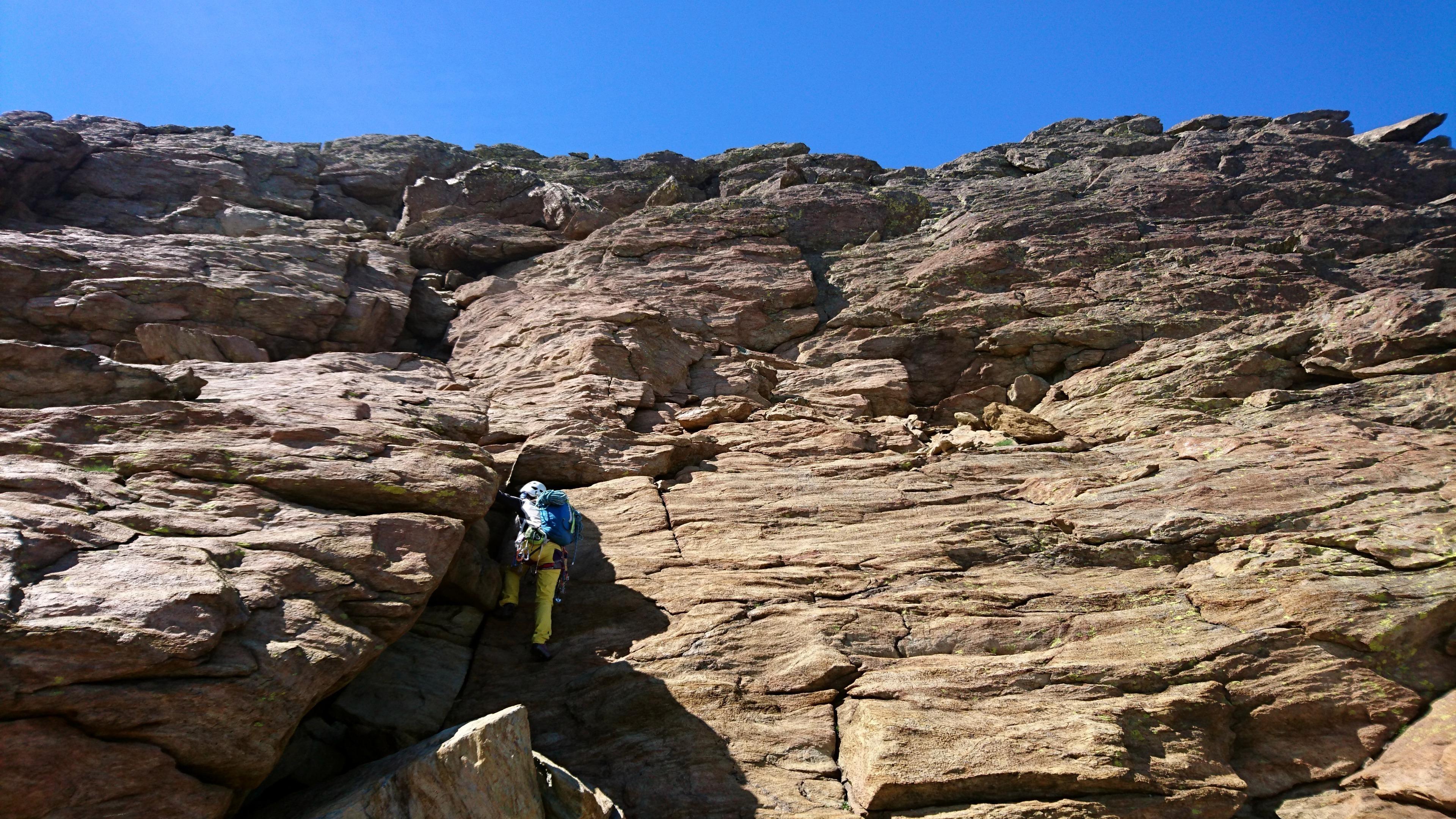 Dopo aver sistemato l'attrezzatura, affrontiamo gli ultimi 100 metri di roccette slegati fino alla cima della Rossa
