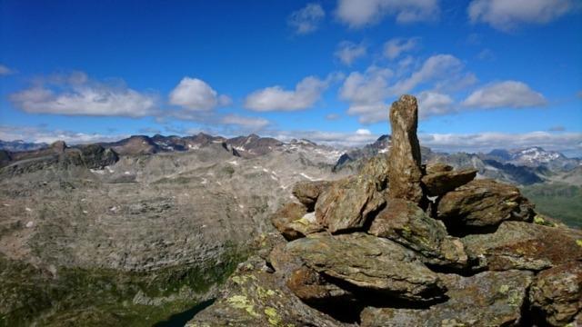 Altra fotina dell'ometto di vetta con lo splendido paesaggio che si può godere dalla cima della Rossa