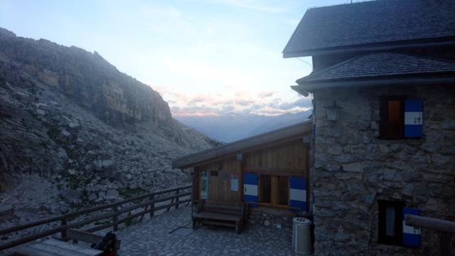 Prime luci dell'alba dal rifugio Tuckett