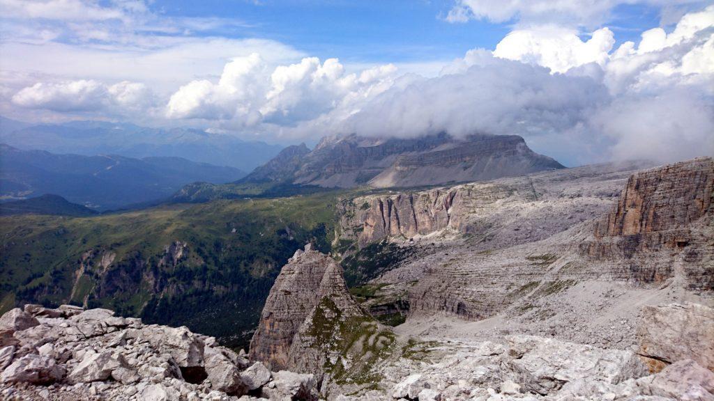 Vista verso la Pietra Grande, coperta da dei bei nuvoloni