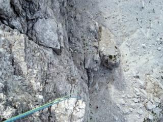 La calata si fa dalla parte opposta e scende a picco per 60mt fino alla base. Molto suggestiva