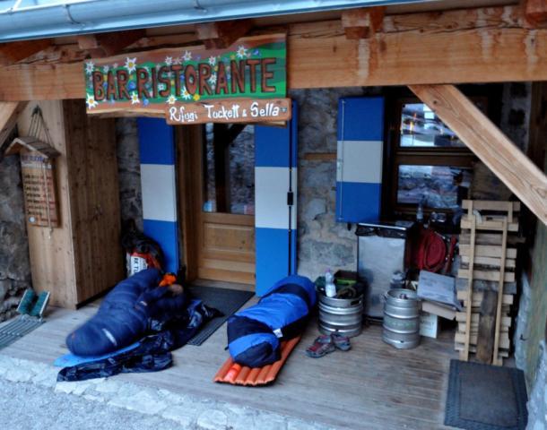 il nostro confortevole alloggio per la notte: ci sono anche i fusti di... birra?!