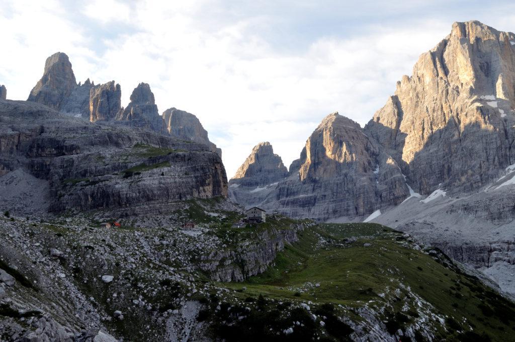 Il Brentei all'alba, ancora all'ombra delle montagne