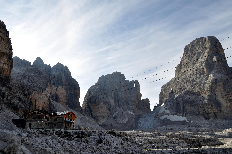 in vista dell'Alimonta, vero e proprio nido d'aquila in un anfiteatro di cime; gli avventori sono già tutti partiti per le escursioni, c'è una pace e un silenzio incredibili
