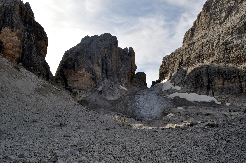 Bocchetta delle Armi: l'attraversamento del ghiacciaietto si fa comodamente a sinistra, ma qualcuno deve aver provato a salire -o scendere!- dritto per dritto