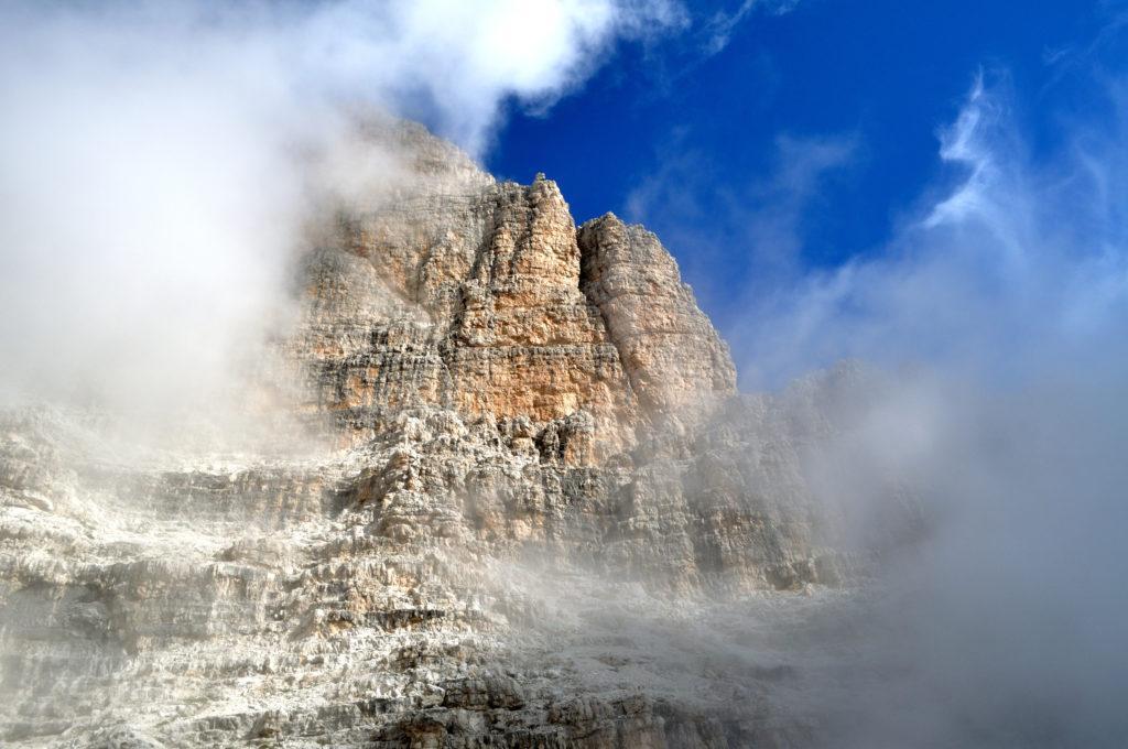 ogni tanto le nubi si diradano e scoprono un mondo fatto di roccia, guglie, pinnacoli