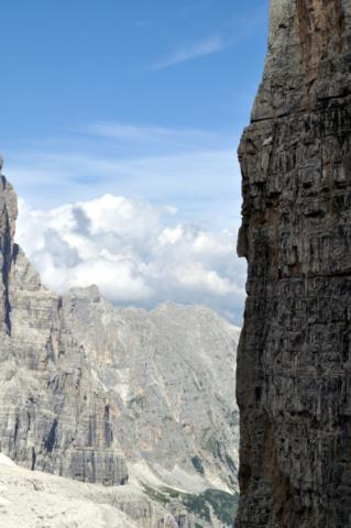sulla destra si vedono due scalatori alle prese con una via che dire lunga è dire poco sul Campanile Basso
