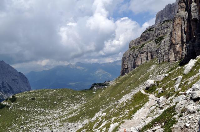 il sentiero digrada dolcemente fino al Brentei, in lontananza la cappella che lo annuncia