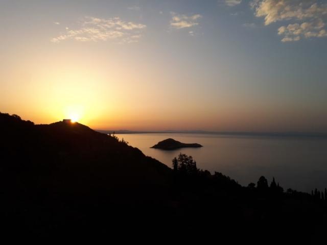 Arriviamo al parcheggio verso le 6:30 e ci gustiamo questa splendida alba che sale dietro al Forte Stella di Porto Ercole