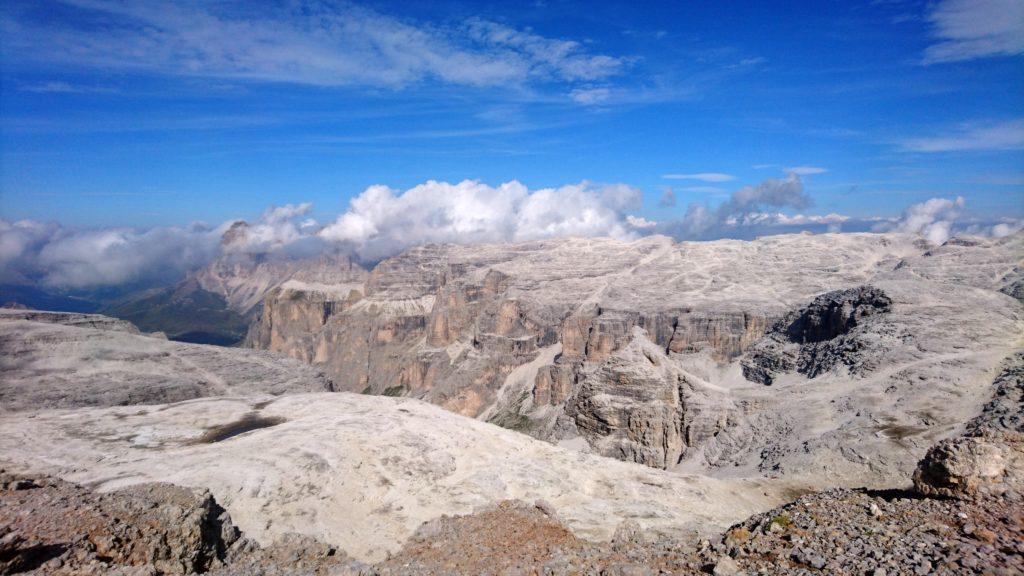 mano a mano che si sale lo sguardo spazia sulla Val de Mesdì e sui gruppi montuosi limitrofi
