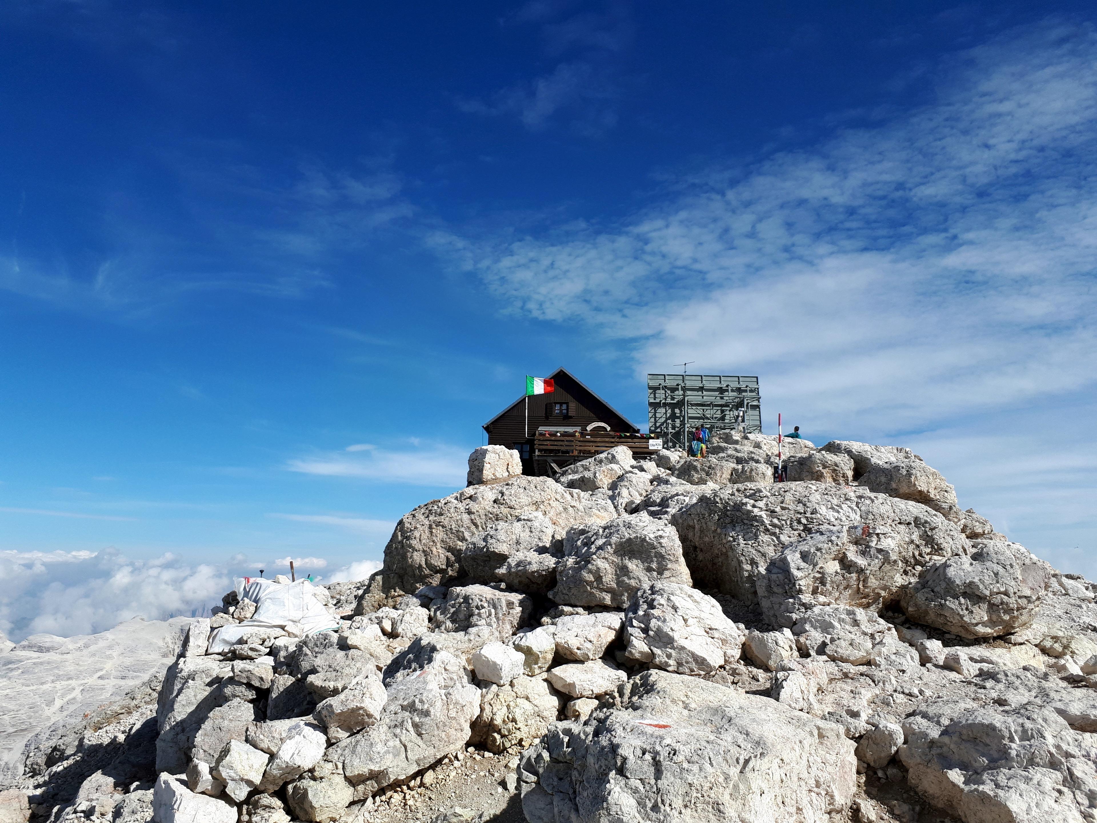 il Rifugio Capanna Fassa compare sulla cima del Piz Boè