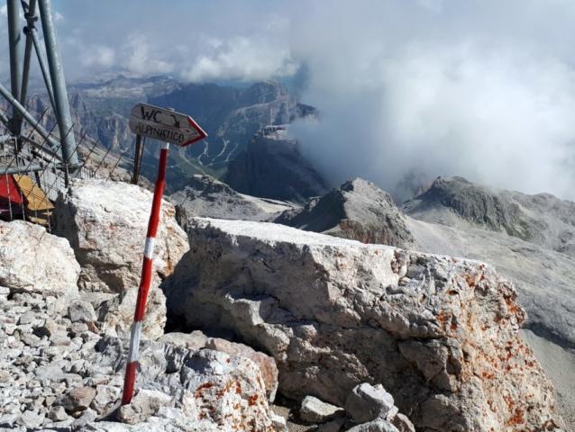 """ecco il """"wc alpinistico"""", il primo wc raggiungibile solo in corda doppia :D"""