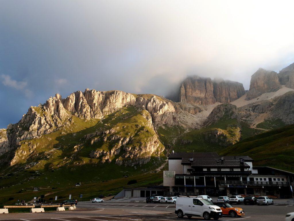 Dormiamo in auto al parcheggio del Pass Pordoi: questa è l'alba sul gruppo del Sella