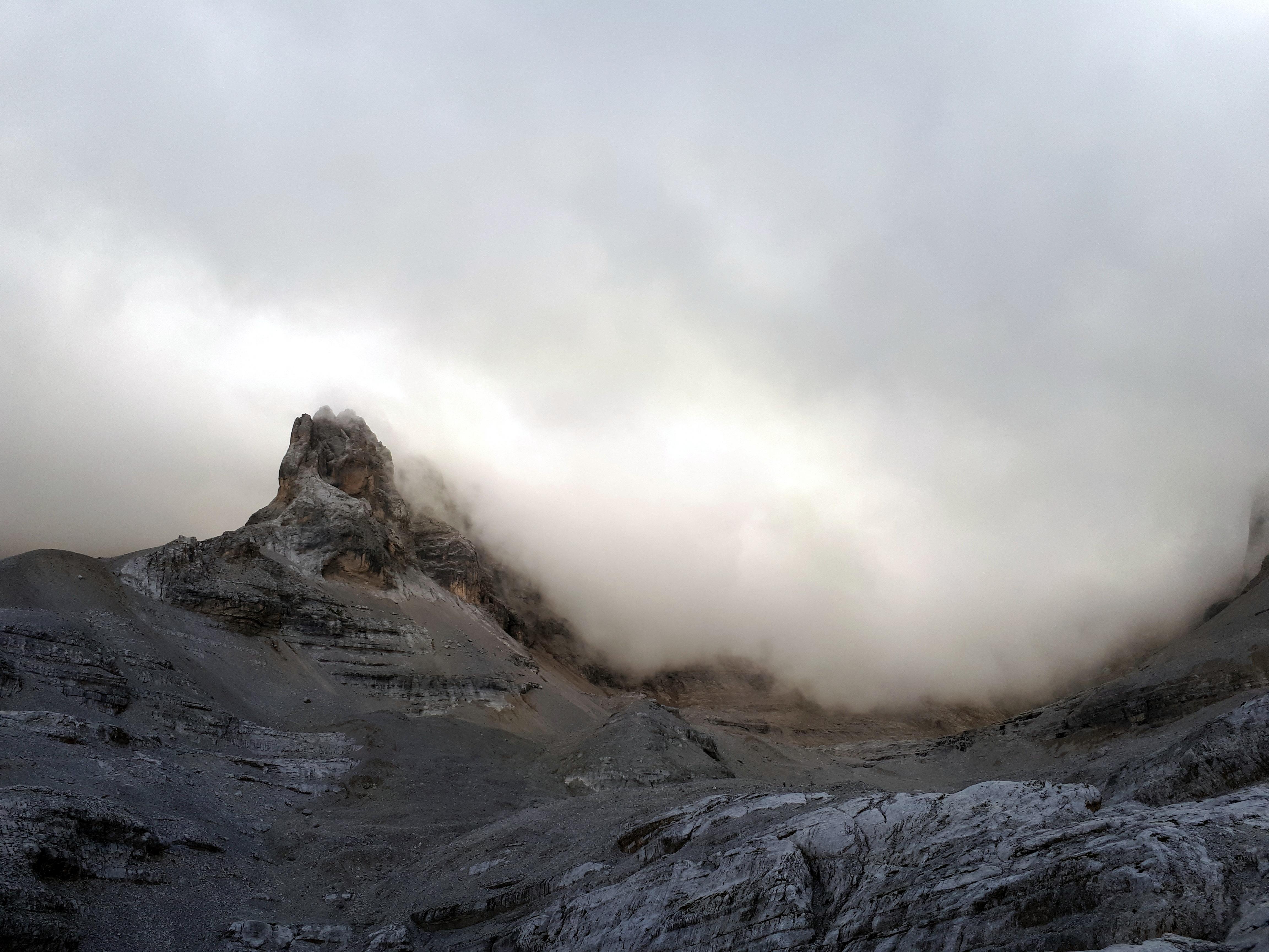 La giornata è incerta e regala degli splendidi giochi di nubi sulle cime della val d'Agola