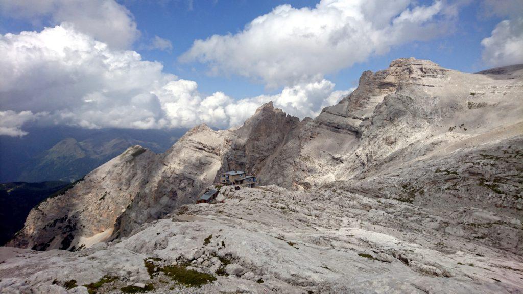 La splendida vista del rifugio XII Apostoli da poco più a monte