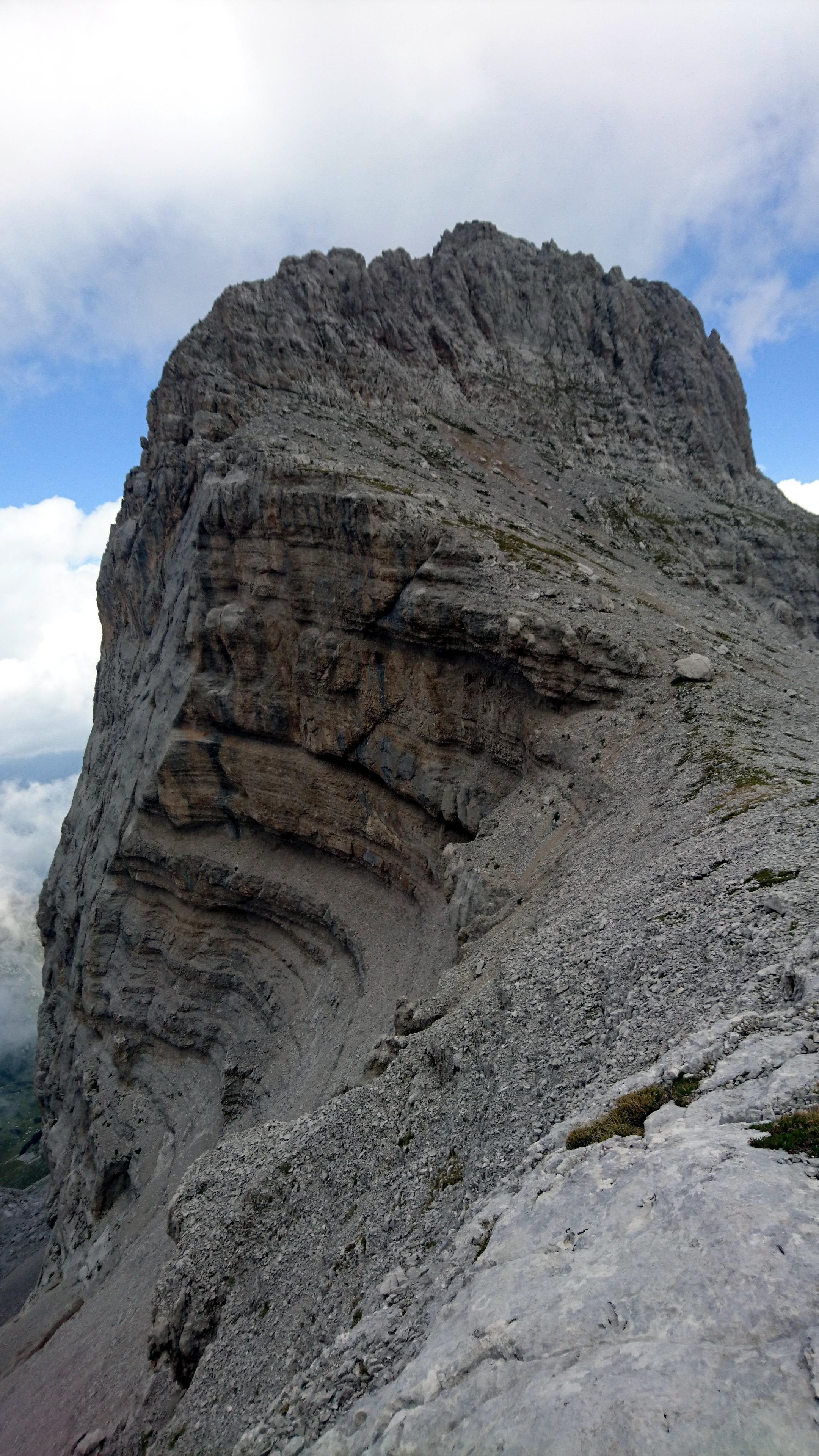 Siamo arrivati al passo e da qui possiamo attaccare la via normale per la cima XII Apostoli. Qualche sfasciume iniziale e poi facile cresta....esposta