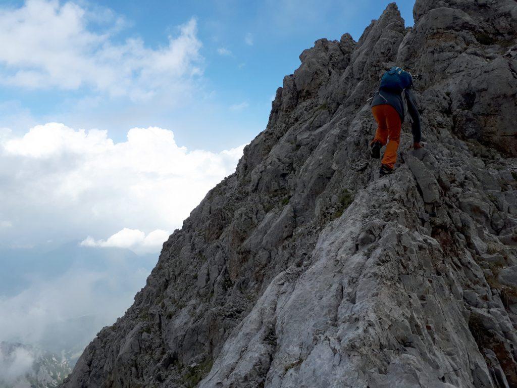 Si inizia a scalare per facili roccette di I grado