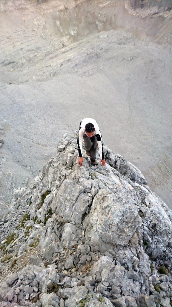 La cresta è facile ma più si sale, più diventa esposta, con tratti in cui bisogna anche prestare la giusta attenzione