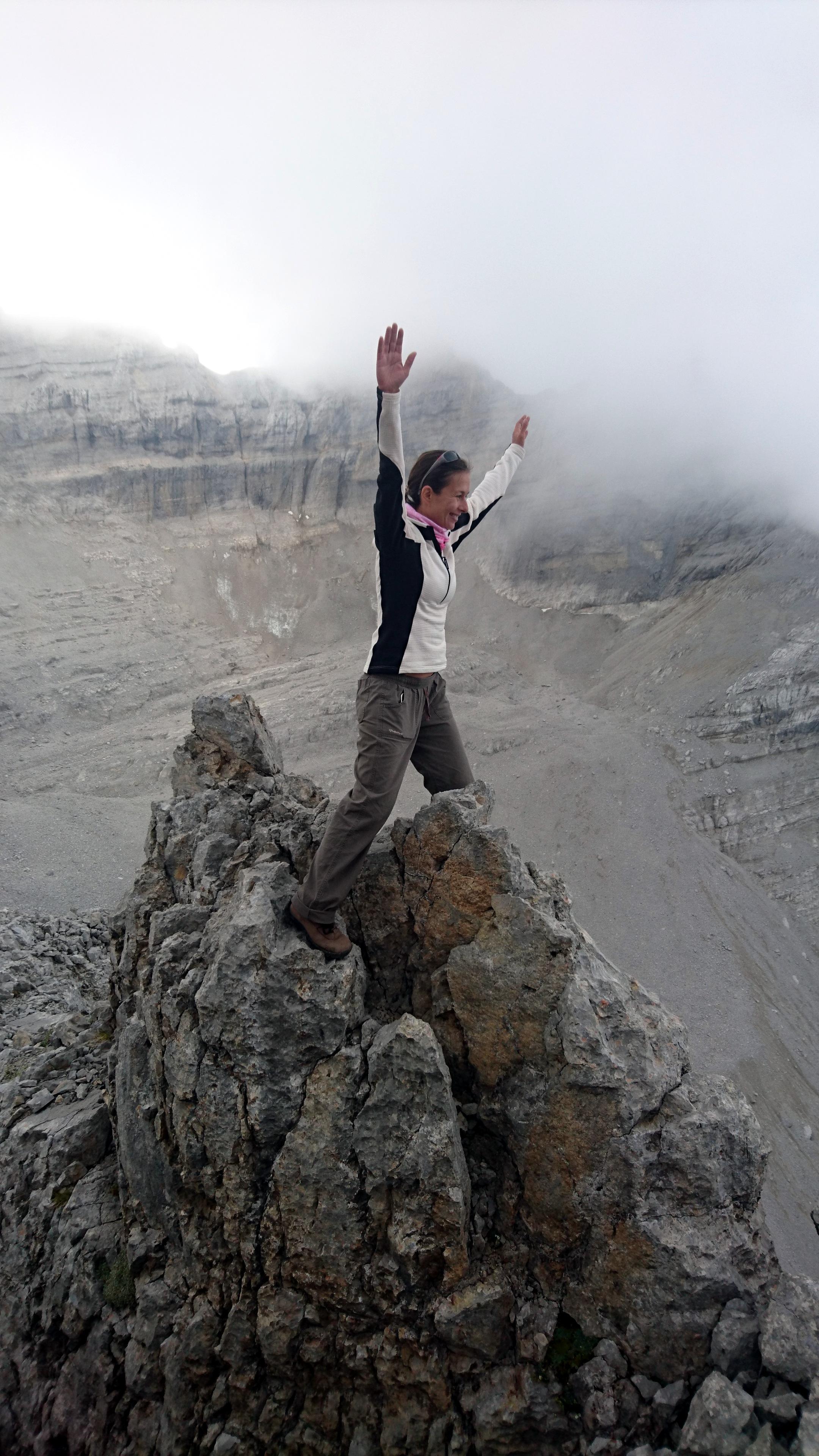 Erica fa l'equilibrista in uno dei punti esposti della cresta