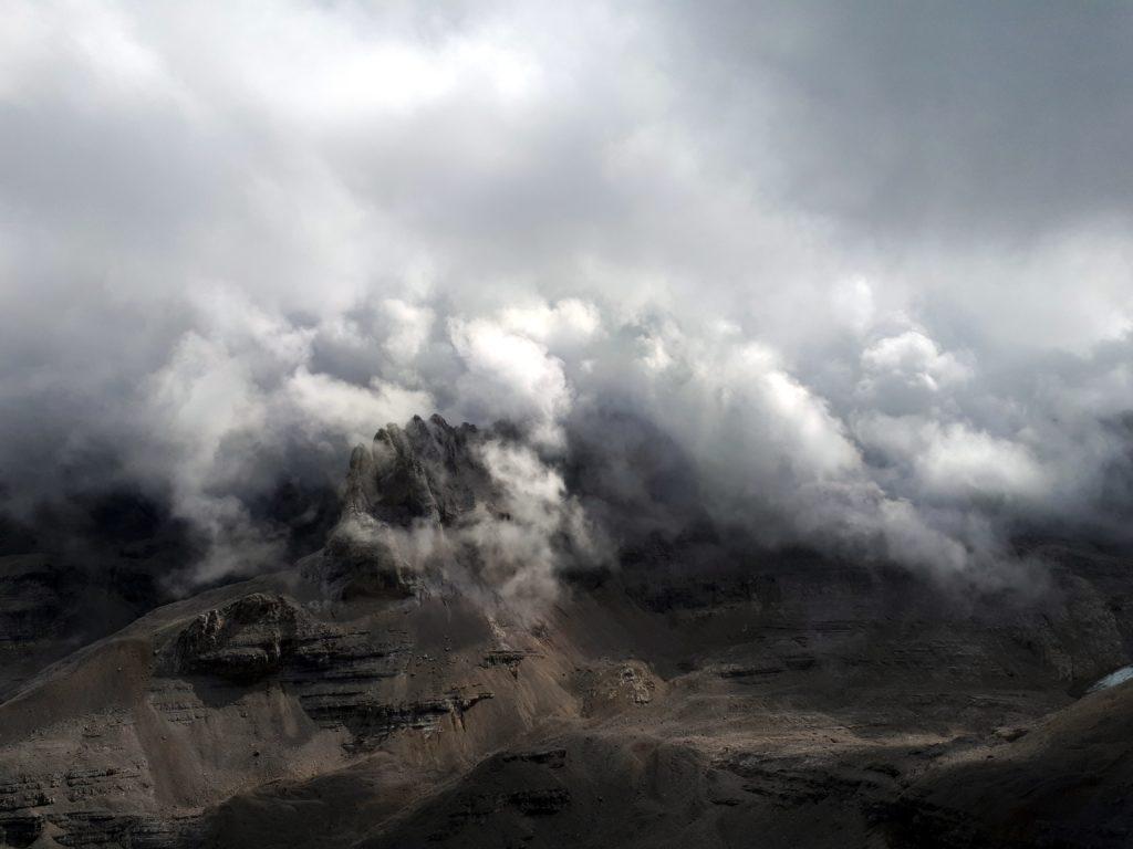 La conca che un tempo ospitava il ghiacciaio d'Agola, ormai ritiratosi in modo impressionante