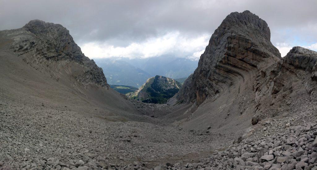 Dopo pranzo, torniamo al passo e scendiamo dal versante opposto lungo questo ghiaione che a tratti può essere percorso di corsa lasciandosi scivolare