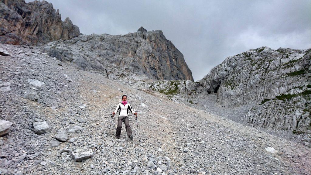 Erica scende dal ghiaione ma non si fida a lasciarsi scivolare....