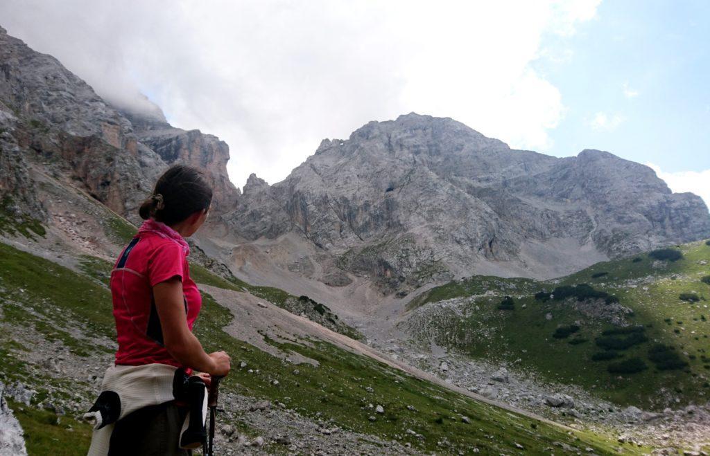 Nella valletta da cui scendiamo, individuiamo un altro arco naturale del Brenta di cui non sapevo nulla. Si intravede nela foto in alto al centro