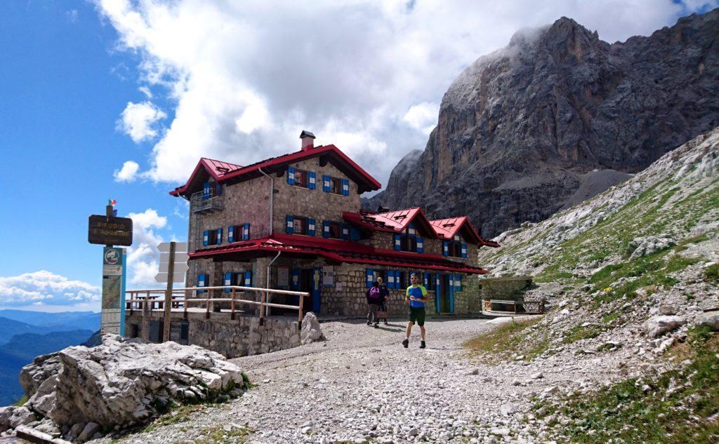 il Rifugio Agostini, che è stato recentemente ricostruito ed è veramente accogliente, oltre a godere di una posizione magnifica dal punto di vista paesaggistico