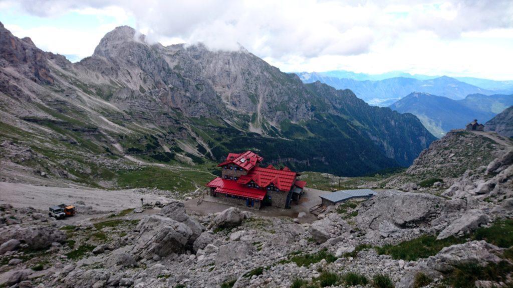 Rifugio Agostini visto dall'alto: ci stiamo incamminando verso la Torre d'Ambiez