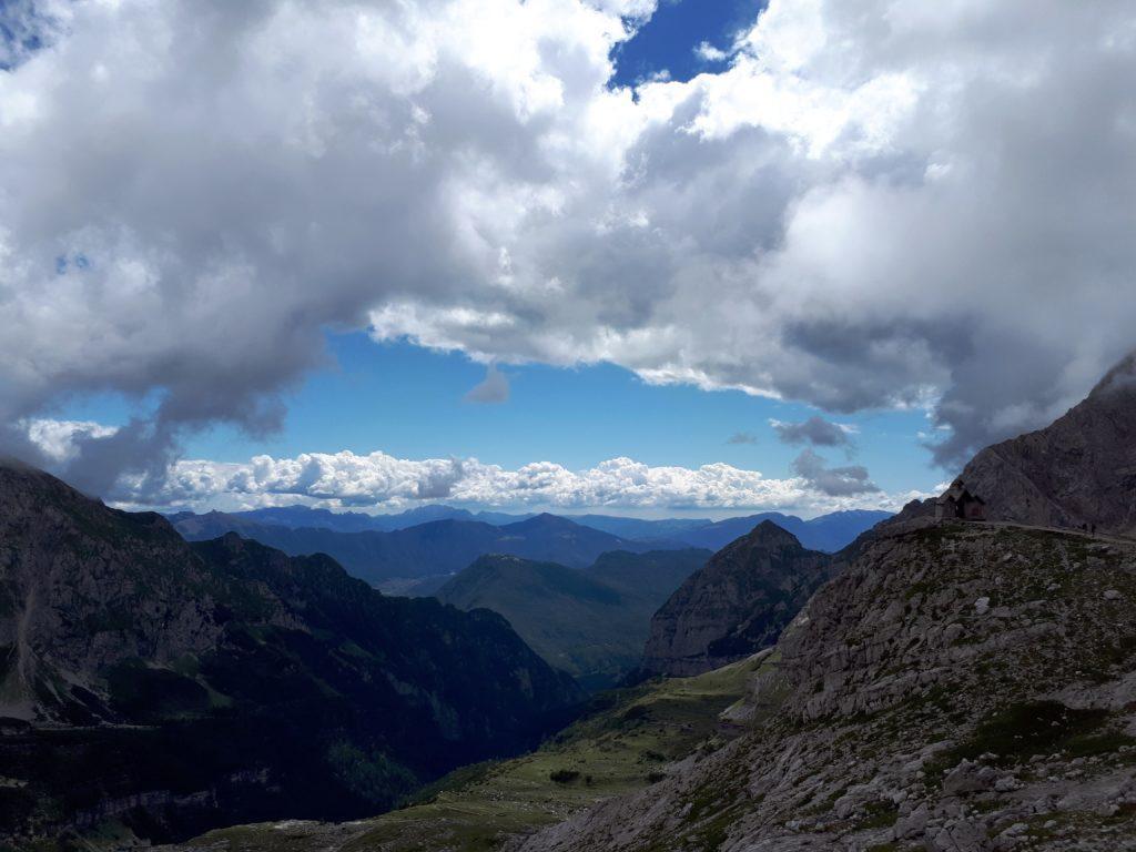La Cappella del Rifugio, che sorge su una lingua di terra protesa verso la Valle d'Ambiez