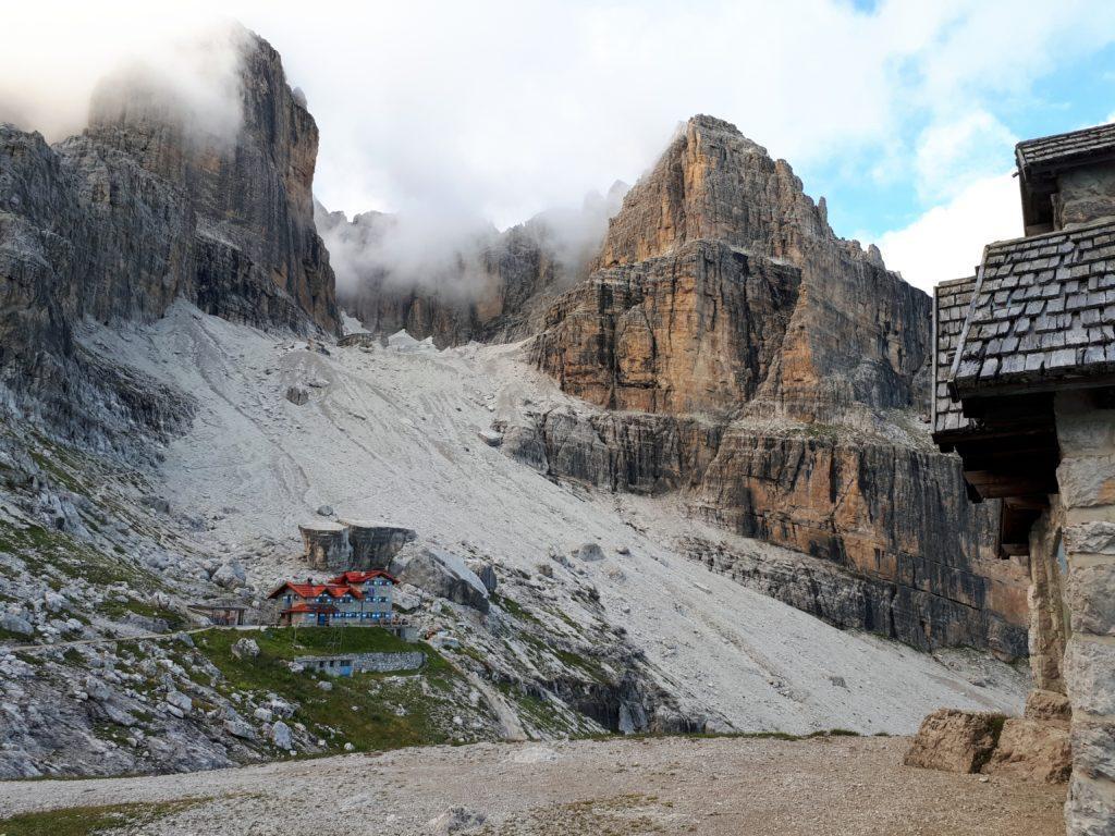 il Rifugio Agostini visto dalla Cappella: sullo sfondo le cime meravigliose che gli fanno da quinta naturale