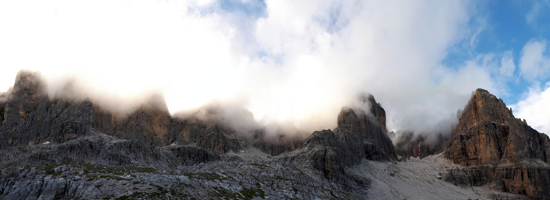 l'anfiteatro di roccia alle spalle del Rifugio Agostini