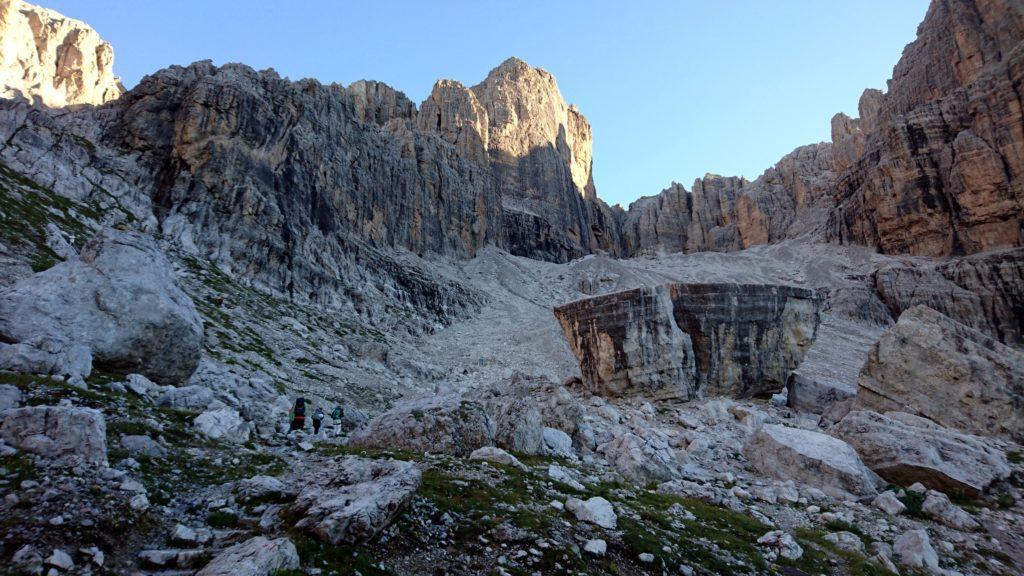 la mattina numerose cordate si muovono verso le pareti della Cima d'Ambiez; in primo piano il masso enorme che si trova subito dietro il Rifugio Agostini, che manco a dirlo, si scala!