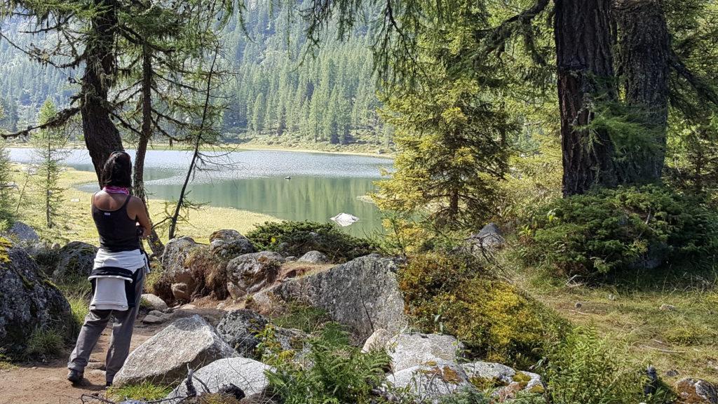 Erica in vista del lago di San Giuliano
