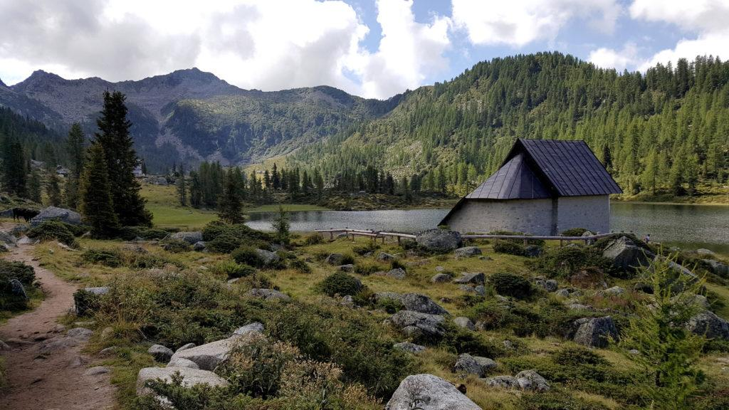 La bella chiesetta che si affaccia sul lago di San Giuliano