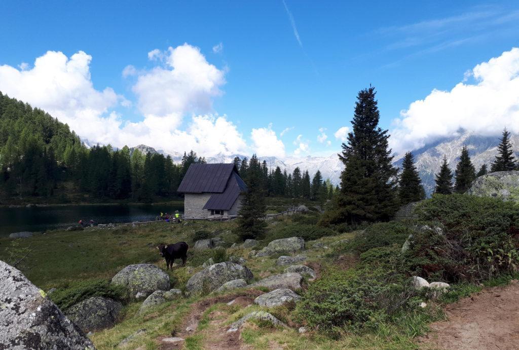 Altra prospettiva della chiesetta accanto al lago