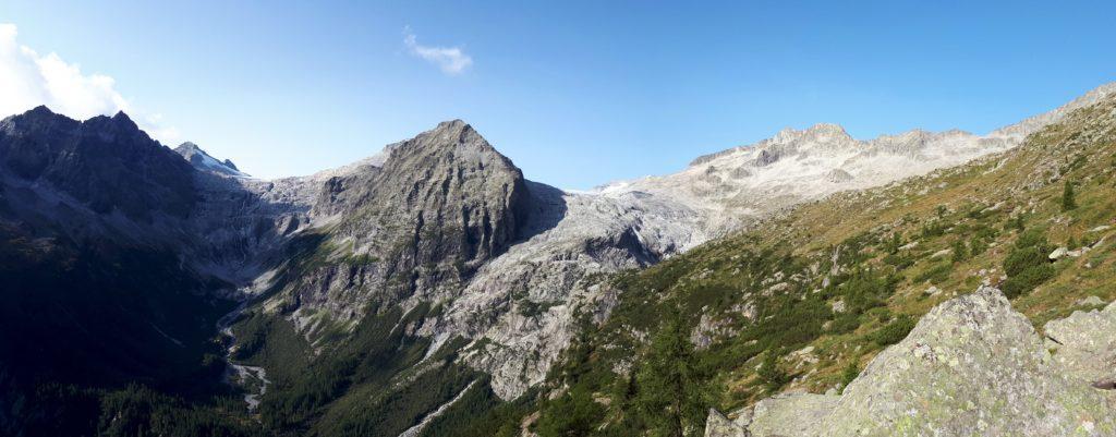 la bellezza della Val Genova alta, a sinistra le cascate del Matarot
