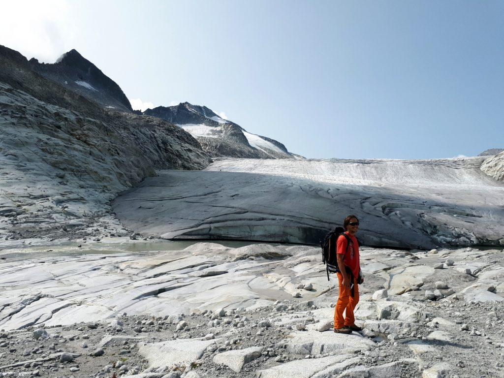 ci approssimiamo al ghiacciaio e al momento di legarci in cordata