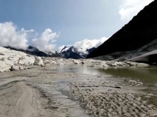 lo scioglimento dei ghiacci: sabbia, pietra, detriti e acqua