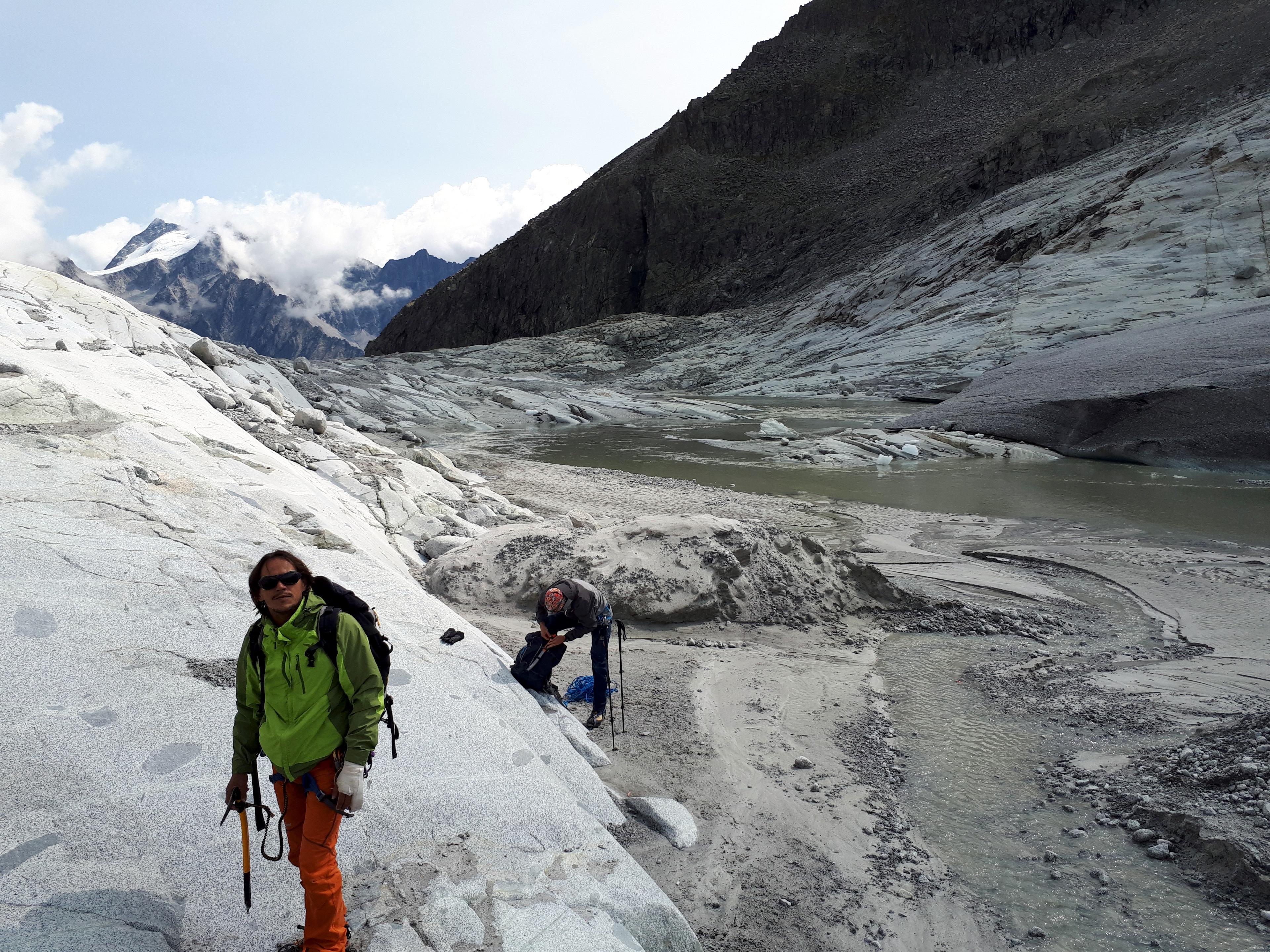 pronti per la traversata del ghiacciaio? picca, ramponi, corda...