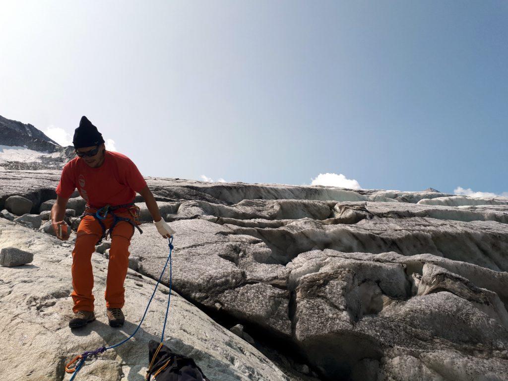 per superare la seraccata decidiamo di passare sulla roccia... anche se togliersi addirittura i ramponi forse è stato un po' prematuro!