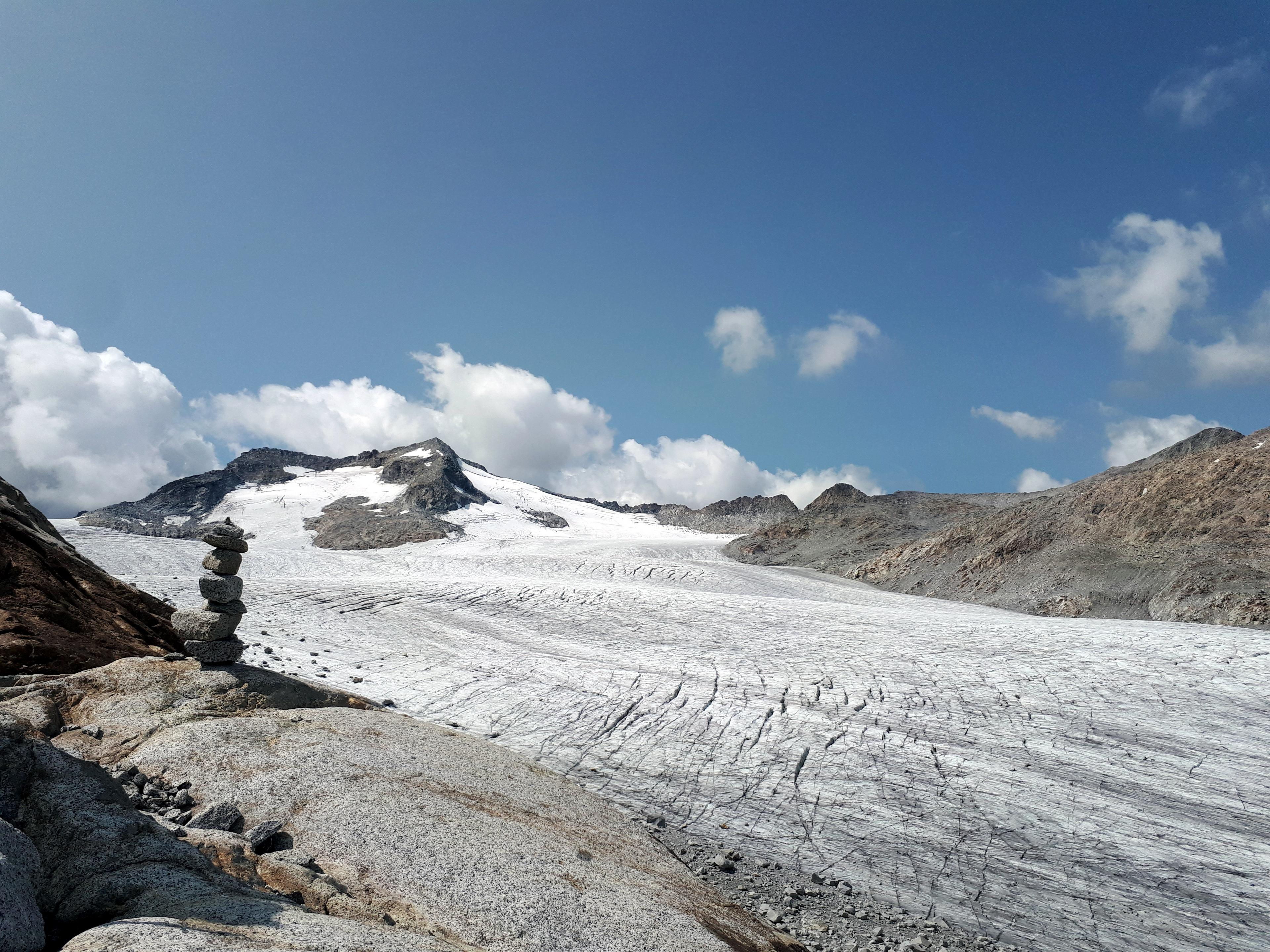 tutto il ghiacciaio è solcato da crepacci, come se fosse stato graffiato da una tigre impazzita