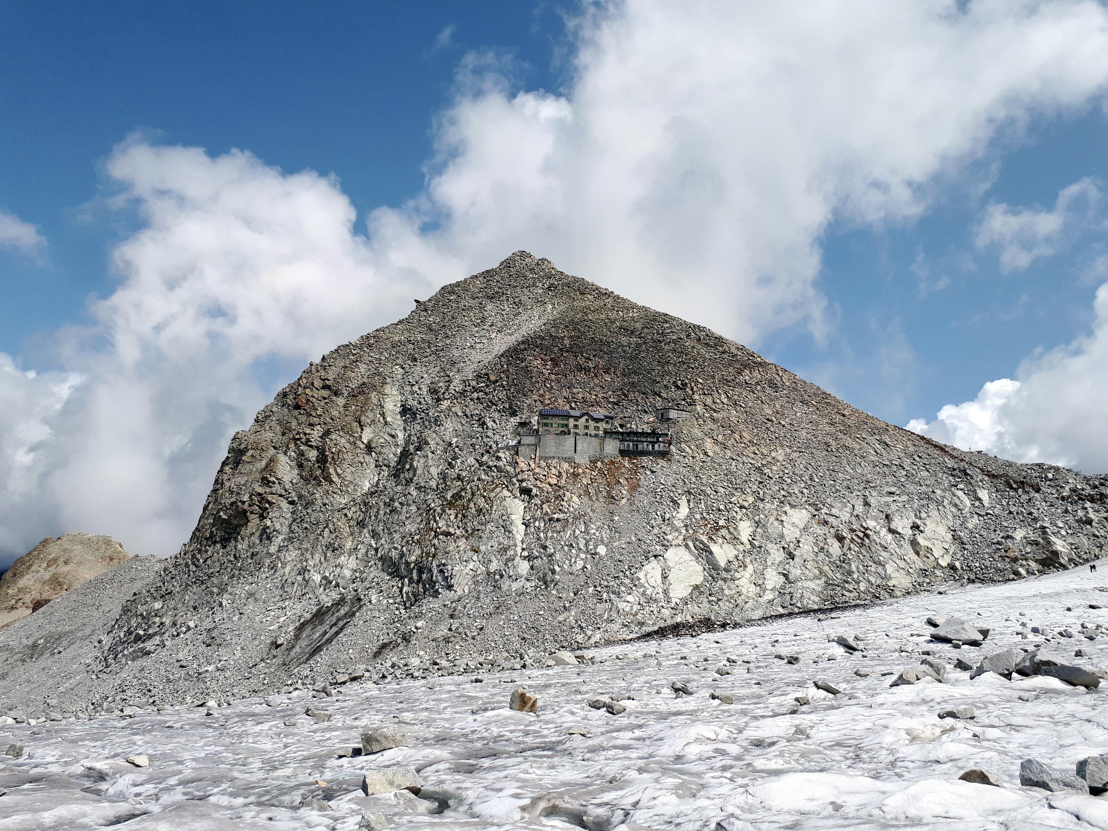 siamo ora sul ghiacciaio di fronte ai Caduti dell'Adamello: abbiamo camminato a lungo sulle rocce per evitare una parte particolarmente crepacciata, visto anche il sole a picco!